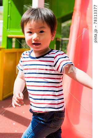 公園のアスレチックで遊ぶ子供 78313377