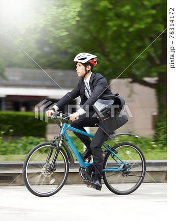 自転車に乗って通勤するビジネスマン 78314172