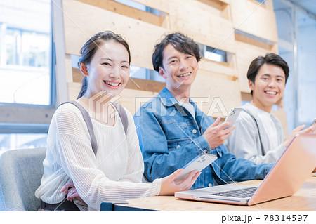 並んで仕事をするオフィスの若い男女3人のポートレート 78314597