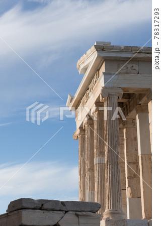 欧州ギリシャのアテネのアクロポリス遺跡のアテネニケ神殿と青空 78317293