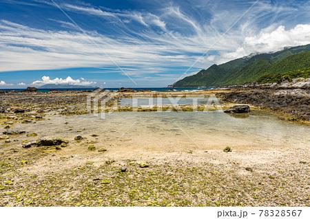 真夏の栗生海岸。洋上アルプス屋久島の海と海岸 78328567