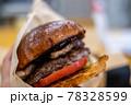 燻製ベーコン入りの手作りこんがりハンバーガー 78328599