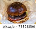 燻製ベーコン入りの手作りこんがりハンバーガー 78328600