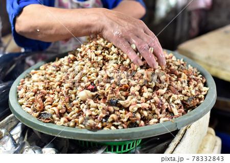 貝の量り売りをする東南アジアの魚市場 78332843