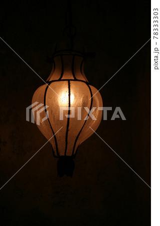暗がりに灯るアンティークなラップ 78333303