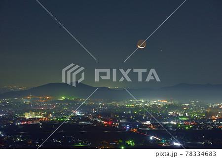 大小山から見た夜明け前の細い月と水星と佐野市の夜景と三毳山 78334683