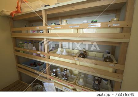 小学校の理科室(薬品庫) 78336849