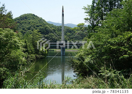 愛媛三島川之江 森と湖畔の公園に掛かるふれあい橋 78341135