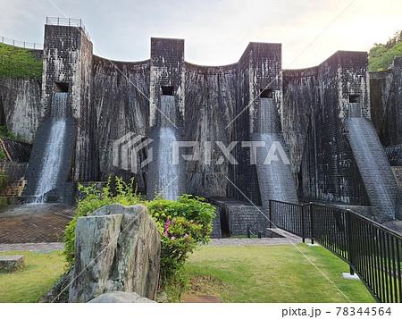 香川県の豊稔池堰堤(アーチダム)放流口写真 78344564