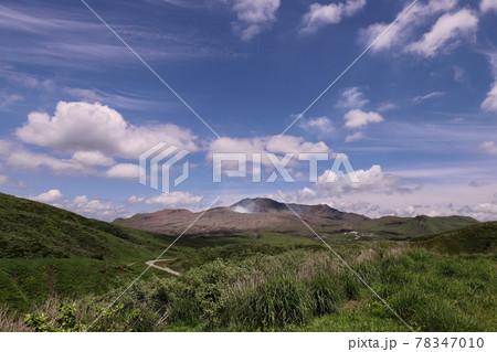 草千里から見る新緑と青空と阿蘇中岳 78347010