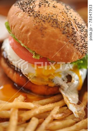 美味しそうなハンバーガーとポテトのセット 78347933