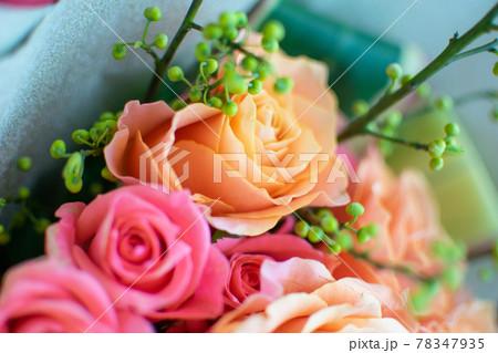 お祝いのプレゼントで貰った薔薇の花束 78347935