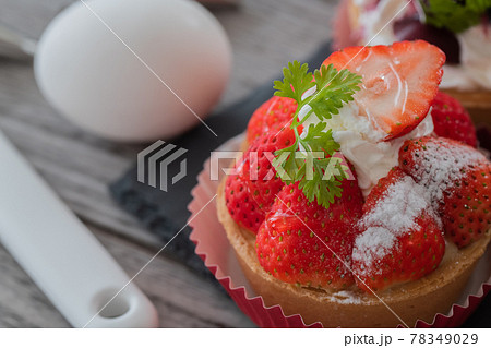 苺のタルト キッチン 木目 背景イメージ素材 78349029