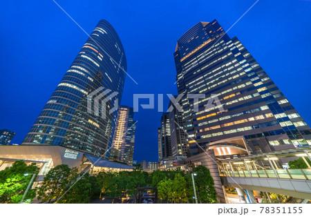 日本の東京都市景観 品川駅前のオフィスビル群などを望む(夜景) 78351155