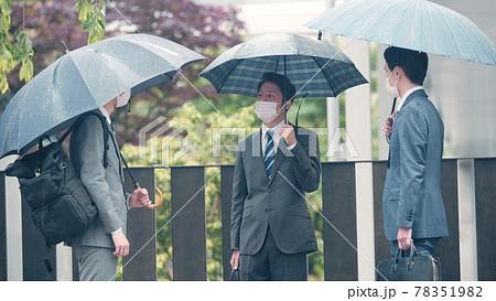 雨天のビジネスマンたち 78351982