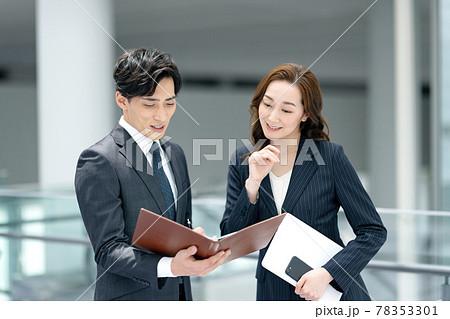 オフィスでミーティングする男女のスーツ姿のビジネスパーソン 78353301