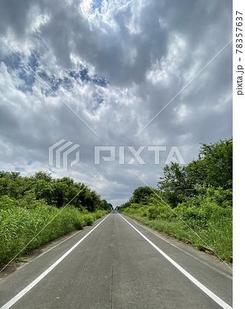 晴れに向かう初夏の直線道路(縦画像) 78357637