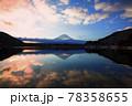 朝焼けの精進湖と富士山 78358655
