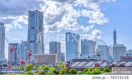 横浜の都市風景 ランドマークタワーと赤レンガ倉庫と観覧車 78359338