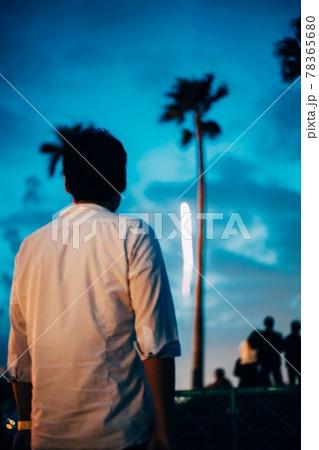 神奈川県逗子マリーナの花火を眺める男性 78365680