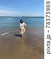 ビーチで遊ぶ女性 78373969