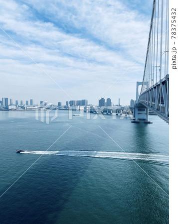 (東京都)レインボーブリッジの下を航行する船舶 78375432