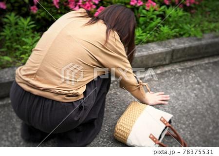 体調が悪くなりうずくまる女性のイメージ写真 78375531