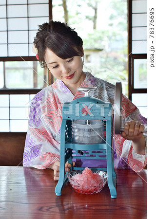 和室でかき氷を作る浴衣を着た女性 78376695