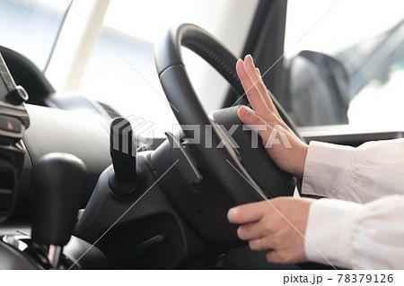 運転中に危険を察知してクラクションを鳴らす女性の手 78379126