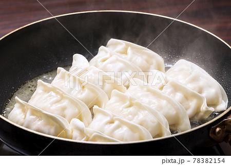 焼き餃子 餃子 調理 イメージ素材 78382154