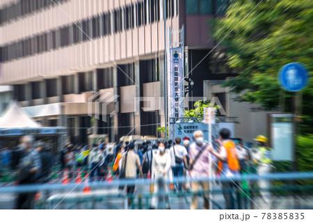 日本の東京都市景観 再延長初日(3度目宣言)。自衛隊大規模接種センターには多くの人たちが…=6月1日 78385835