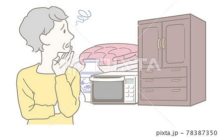 不要な家具・家電・寝具の処分に困るシニアの女性 78387350