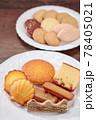 お皿に並べた色々な焼き菓子 78405021