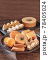 お皿に並べた色々な焼き菓子 78405024