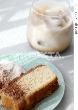 手づくりお菓子 ベイクドチーズケーキとカフェオレ 78410820