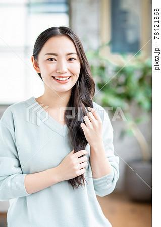 黒髪の若い女性 78421363