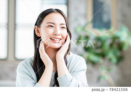 肌の潤いを実感する若い女性 78421506