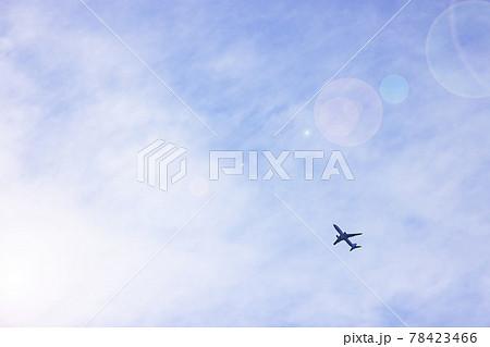 人と荷物を載せて休みなく飛ぶ飛行機 78423466