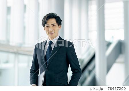 オフィスで働くスーツ姿の若いビジネスマン 78427200