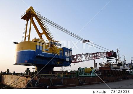 港の岸壁に止められたケーソン上のクレーン 78428058