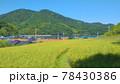 田んぼと山が広がる田舎の風景 78430386