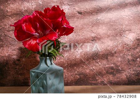 水色の花瓶に活けたイロマツヨイグサ 78432908