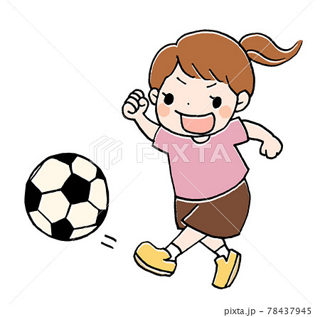 サッカーをしている女の子のイラスト 78437945