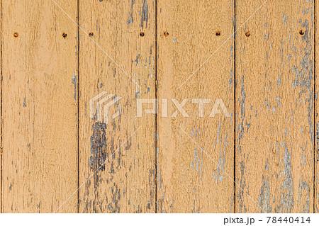 茶色い塗料の剥げかかり下地の見える板壁と釘の頭、背景素材 78440414