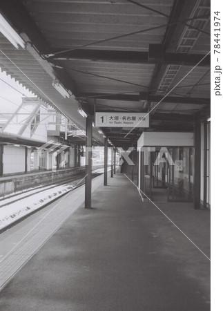 モノクロポートレート駅のホーム① 78441974