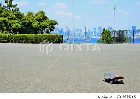 スケートボードの練習中にひと休憩③ 78446930