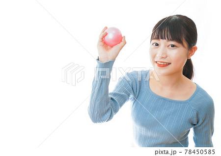 ボールで遊ぶ若い女性 78450585