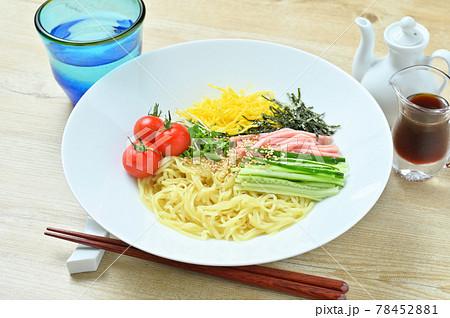夏の冷やし中華、きゅうり、ハム、錦糸卵、刻み海苔、ミニトマト、ブロッコリースプラウト添え。醤油味。 78452881
