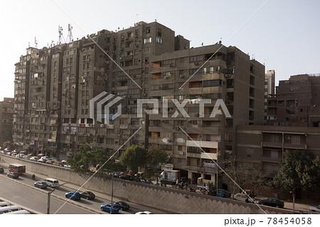 欧州エジプトのカイロのギザのピラミッドまでの道中の建物 78454058