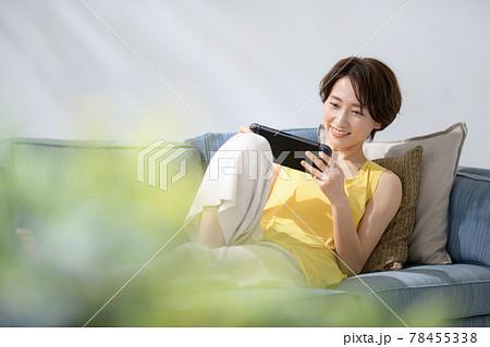 ミドル女性 ソファー ゲーム 78455338